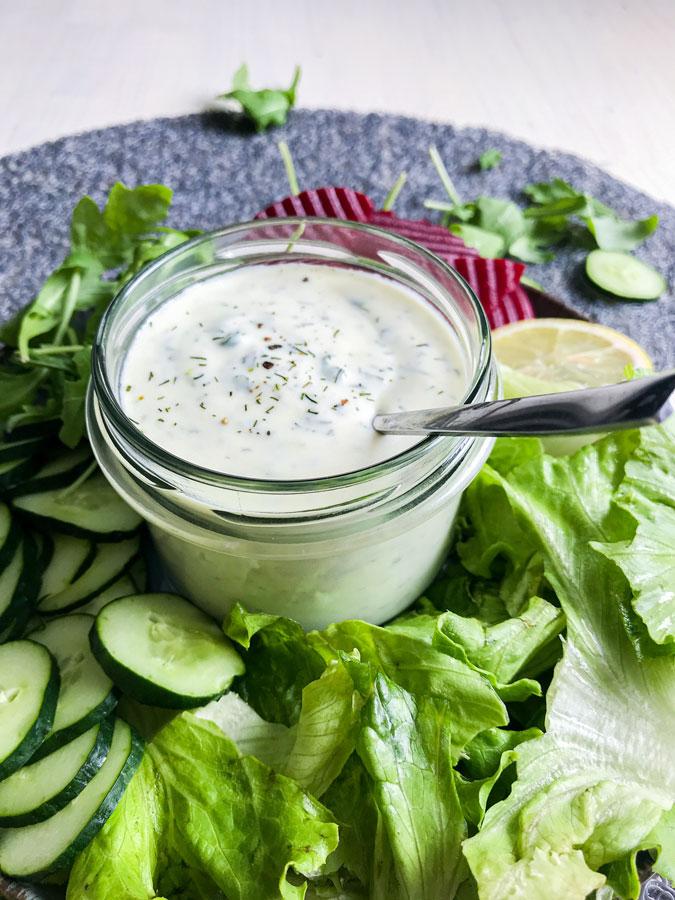 jogurtov solatni preliv