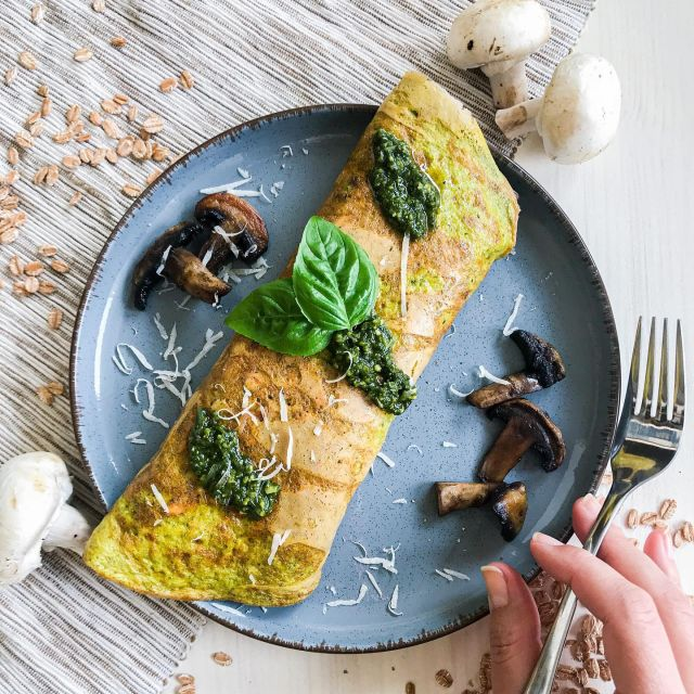 🤩🤩New yummy breakfast recipe that you can test it out during this coming weekend 👉  Basil Pesto Spelt Flakes Omelette with roasted mushrooms. It's super easy to make and very delicious.😋  This dish is ready to be eaten on its own but I do recommend a light salad 🥗 to go with. Or at least some sliced cherry tomatoes that bring acidity and freshness. You can also replace spelt flakes with oat flakes.☺️ Do you like it❓  👉 Check out the recipe below and tag a friend who would love this recipe.👈⁠ ⁠   Recept v 🇸🇮 bo kmalu na @malincanastja spletni strani. 👍 ⁠  Pri nakupu izdelkov od Malince ne pozabi koristiti mojo kodo za 10 % popust – TASTY10.🤩  ✨ Pesto Spelt Flakes Omelette with Mushrooms ✨  Ingredients: 2 eggs 2 table spoons of spelt flakes 1 tea spoon of basil pesto Pinch of salt Black pepper Olive oil 60 grams of grated cheese (cheddar) 100 grams of mushrooms (champignons)  Additional: Grated cheese on top Instructions:  First prepare the mushrooms, clean them and cut to larger pieces. Cook it with little olive oil on a pan while stirring occasionally for a couple of minutes until they are a little browned and cooked. Also season them with salt and black pepper. Put eggs in a bowl with spelt flakes, basil pesto, pinch of salt, black pepper and whisk. Add little olive oil in a pan that you use for baking pancakes. Don't let it be very hot and pour in the eggs then cover with a lit. Cook for a minute or 2 and check if the egg is no longer runny. Then turn off the heat. Add cooked mushrooms on top to the edge of omelette, sprinkle with cheese on top and gently but firmly roll it in. Serve hot with a salad of your choice or with some sliced cherry tomatoes that bring some acidity and freshness to the meal. Quantity - 1 omelette Time – 15 minutes