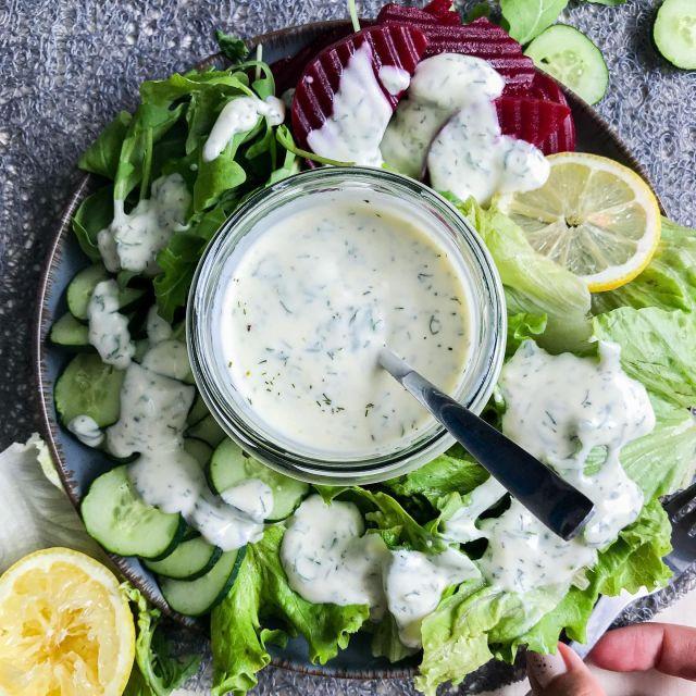 🤩 Nov recept za moj jogurtov solatni preliv🥗, ki je narejen iz grškega jogurta. Eden boljših, če mene vprašaš in lepo paše na razne kombinacije solat. 😊 Prav tako ga lahko uporabiš kot omakico za kakšno narezano zelenjavo, pečen krompirček, ocvrtke in drugo.😉  Poglej recept spodaj in v komentar označi prijatelja/ico, ki vedno je solato. 👍  Če recept uporabiš, me pa obvezno označi @t_as_tasty, da vidim kako je uspel. 👍  ✨ Jogurtov solatni preliv ✨  150 gramov grškega jogurta Polovica manjšega česna 2 jedilni žlici limoninega soka 2 jedilni žlici olivnega olja 1 jedilna žlica meda 1 čajna žlička kopra (2 vejici svežega) 2 vejici svežega peteršilja 1,5 čajne žličke soli Poper 2 jedilni žlici vode Navodilo: Česen stremo ali pa ga kar naribamo. Peteršilj drobno nasekljamo. Prav tako koper, če imamo svežega. V skodelico damo limonin sok, olivno olje, med, nasekljan peteršilj, koper, sol in poper po okusu ter premešamo z metlico.  Nato vmešamo še grški jogurt, da se preliv lepo poveže in ga po potrebi razredčimo z malo vode. Postrežemo po solati.  Čas – 5 minut Količina – 2 porciji