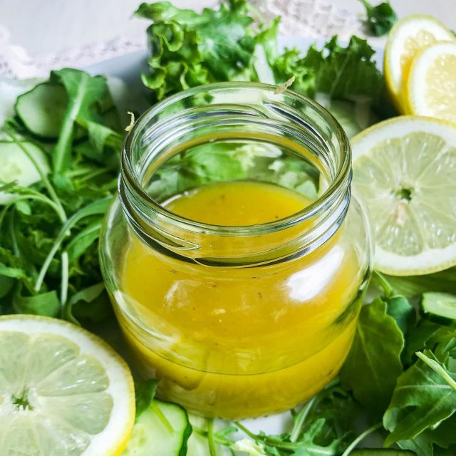 🤩 Tukaj je nov recept za solatni preliv. 🥗 Ta je res zelo enostaven za pripravo, hkrati pa noro okusen, predvsem osvežujoč.  😊 Glavna sestavina so namreč 🍋limone, da pa ni vse skupaj preveč kislo, sem dodala še med. 😋  Olivno olje je tisto, ki preliv lepo poveže in tako pripravljen res super paše na razne listnate solate in pa svežo 🥒 kumarico.  Poglej recept spodaj in v komentar označi prijatelja/ico, ki ima rada limone. 👍  Če recept uporabiš, me pa obvezno označi @t_as_tasty, da vidim kako je uspel. 👍  ✨ Limonin solatni preliv ✨  Sestavine: 1 mali strok česna 1 limona (sok in le polovica naribane lupinice) 1 čajna žlička soli Poper Pol čajne žličke gorčice 1,5 jedilne žlice meda 4 jedilne žlice olivnega olja Navodilo: Česen olupimo in ga stremo ali drobno nasekljamo. Najprej naribamo limonino lupinici (le pol limone) ter stisnemo ves limonin sok. Dodamo ga k česnu skupaj z limonino lupinico. Nato dodamo še med, sol, poper po okusu in gorčico. Vse skupaj premešamo s kuhinjsko metlico. Nato pa počasi dolivamo še olivno olje ter vztrajno mešamo, da se sestavine lepo povežejo.  Postrežemo po solati.  Čas – 5 minut Količina – 2 porciji