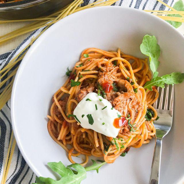 😍 Nov recept za okusne špagete, pripravljene v 20-ih minutah. 👍 Odličen za porabo ostankov mesa, jaz sem jed naredila iz natrgane svinjine, uporabiš pa lahko tudi govedino, piščanec ali drugo.😉 Barbecue špageti z natrgano svinjino so še boljši, če jih postrežeš s kislo smetano in pekočo omako. 🤤🤤🤤 👍Okusno in enostavno.   V komentar označi prijatelja, za katerega misliš, da mu bo ta recept všeč. 😉  Če recept uporabiš, me pa obvezno označi @t_as_tasty , da vidim kako je uspel. 👍  ✨ Barbecue špageti z natrgano svinjino ✨  Sestavine: 250 gramov špagetov 400 gramov natrgane svinjine 2,5 dl paradižnikove mezge 3 jedilne žlice žar omake (Barbecue) 2 jedilni žlici kečapa 2 jedilni žlici meda 80 gramov rukole Vejica peteršilja Sol Poper Kisla smetana Pekoča omaka (sriracha) Navodila:  V posodo za kuhanje damo paradižnikovo mezgo, barbecue omako, ketchup, med in premešamo. Dodamo testenine in 6 dl vode ter kuhamo 10 minut, da so testenine zmehčane.  Če se jed preveč zgosti, dodamo še malo vode. Nato solimo in popramo po okusu (previdno, če je meso že začinjeno). Dodamo natrgano svinjino,  premešamo in še dodamo rukolo ter pokuhamo, nato dodamo še nasekljan peteršilj. Poskusimo in še začinimo, če je potrebno, nato postrežemo še vroče. Na vrh dodamo kislo smetano in pa pekočo omako po okusu. Čas – 20 minut Količina – 4 porcije